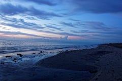 Appena prima alba sulla spiaggia Immagine Stock