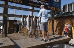 Appendendo sul pesce fresco su un viaggio di pesca Fotografia Stock