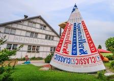 Appenzell, Svizzera - 19 giugno 2012: Formaggio di Appenzeller davanti al museo di Appenzeller Volkskunde, Appenzell, Svizzera immagini stock libere da diritti