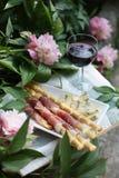 Apperitive med vin, prosiutto och ost arkivfoto