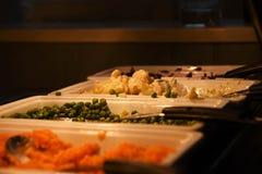 Appetising lagade mat och tjänade som nya grönsaker för en stekmatställe royaltyfria foton