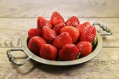 Appetitanregende Erdbeeren auf einer Metallplatte in einer großen Nahaufnahme Lizenzfreies Stockfoto