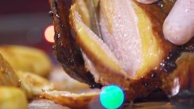 Appetitanregende gebackene Ente mit Äpfeln für die Feiertage Scheibe in Scheiben stock video footage