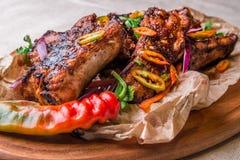 Appetitanregende gegrillte Rippen verziert mit Peperoni Horizontaler Rahmen stockfotos