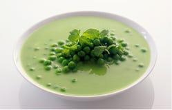 Appetitanregende gesunde grüne Erbsen-Suppe auf Schüssel Stockbild