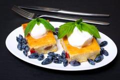 Appetitanregende Hüttenkäsekasserolle mit Beeren und Sauerrahm Lizenzfreies Stockbild