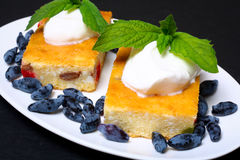 Appetitanregende Hüttenkäsekasserolle mit Beeren und Sauerrahm Stockfotografie