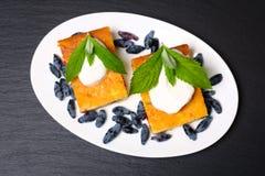 Appetitanregende Hüttenkäsekasserolle mit Beeren und Sauerrahm Lizenzfreie Stockbilder