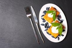 Appetitanregende Hüttenkäsekasserolle mit Beeren und Sauerrahm Stockfoto