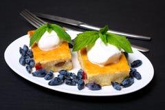 Appetitanregende Hüttenkäsekasserolle mit Beeren und Sauerrahm Stockbilder