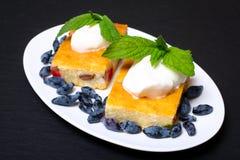 Appetitanregende Hüttenkäsekasserolle mit Beeren und Sauerrahm Stockfotos