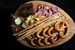 Appetitanregende Imbisse für Bier - Prosciutto, Schinken, selbst gemachte Chips, grissini mit Samen des indischen Sesams, gebrate stockbild