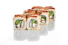 Appetitanregende japanische Küche Kalifornien-Sushirolle mit Aal auf Weiß Stockfotografie