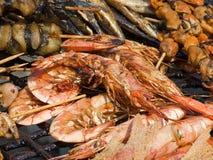 Appetitanregende köstliche gebratene Meeresfrüchte, Fisch, Garnele auf einem Grill grillen draußen Stockfotografie