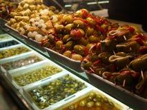 Appetitanregende und helle Oliven stockfotos