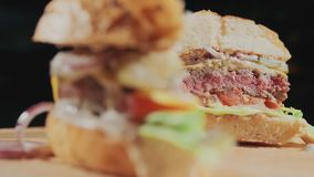 Appetitanregender frischer saftiger gekochter Burger in einem Schnitt Sehr k?stliches Luftbr?tchen und gemarmortes Rindfleisch mi stock footage