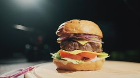 Appetitanregender frischer saftiger gekochter Burger Sehr k?stliches Luftbr?tchen und gemarmortes Rindfleisch mit So?e stock footage