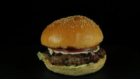 Appetitanregender geschmackvoller Burger der Nahaufnahme stock video footage