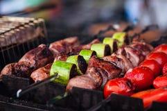Appetitanregender heißer Kebab auf Metallaufsteckspindeln Stockbilder