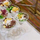 Appetitanregender Salat in einer transparenten Salatschüssel, Lebensmittelnahaufnahme Stockfotografie