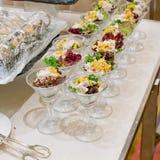 Appetitanregender Salat in einer transparenten Salatschüssel, Lebensmittelnahaufnahme Lizenzfreies Stockfoto