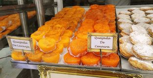 Appetitanregendes Gebäck im Fenster einer portugiesischen Bäckerei in Lissabon stockbilder
