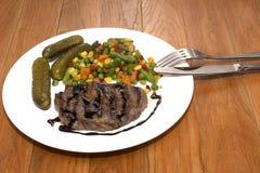 Appetitanregendes gegrilltes Fleisch mit gegrilltem Gemüse Stockbilder