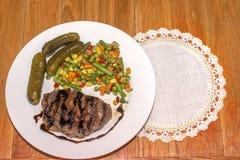 Appetitanregendes gegrilltes Fleisch mit gegrilltem Gemüse Stockfotografie