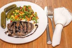 Appetitanregendes gegrilltes Fleisch mit gegrilltem Gemüse Stockbild