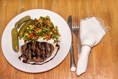 Appetitanregendes gegrilltes Fleisch mit gegrilltem Gemüse Lizenzfreies Stockfoto