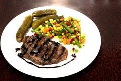 Appetitanregendes gegrilltes Fleisch mit gegrilltem Gemüse Lizenzfreies Stockbild