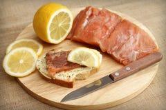 Appetitanregendes Sandwich mit Lachsen und Zitrone Stockfoto