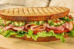 Appetitanregendes Sandwich mit Schinkentomaten-Gurkensalat Lizenzfreie Stockbilder
