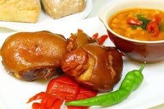 Appetitanregendes Stück Schweinefleisch mit Bohnen Stockbilder