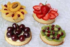 Appetitanregendes Törtchen lässt mit verschiedenen Früchten und Beeren Stockbilder
