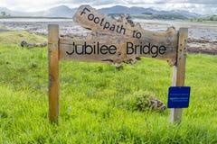 Appin,苏格兰- 2017年5月30日:在Appin签署指明道路周年纪念桥梁 免版税库存照片