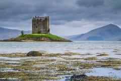 APPIN,苏格兰- 2015年8月14日:城堡潜随猎物者在雨中 免版税库存照片