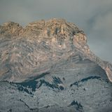 Applådera berget i ottaljus under soluppgång i Banff royaltyfri bild