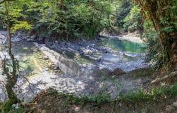 Applådera forsar och vattenfall på floden Dagomys Nära Sochi fotografering för bildbyråer