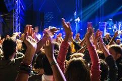 Applådera händer på konserten royaltyfria foton