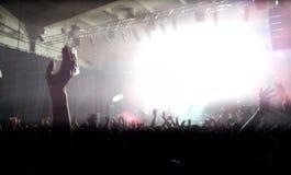 Applådera och applådera folkmassan på en konsert arkivfoton