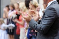 applådera upp täta händer hans man Royaltyfria Bilder