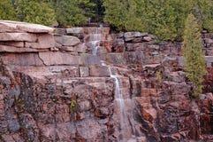 Applådera vattenfallet i Acadianationalpark, Maine Arkivbilder