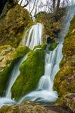 Applåderar härliga Bachkovo för den fantastiska sikten vattenfall i det Rhodopes berget, Bulgarien Royaltyfri Fotografi