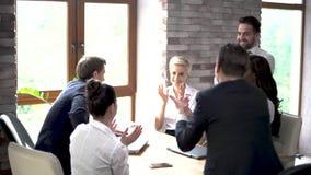 Applaude feliz dos colegas na extremidade de uma reuni?o de neg?cios video estoque