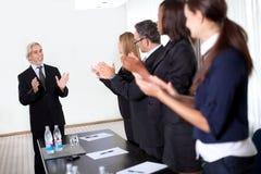 Applaudierende und beglückwünschende Kollegen Lizenzfreie Stockfotos