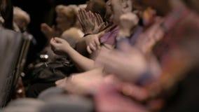 Applaudierendes Publikum, während eines großartigen Ereignisses stock video footage