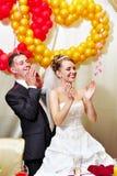 Applaudissements de mariée et de marié image stock
