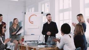 Applaudissements de sourire heureux d'équipe d'hommes d'affaires à l'homme d'affaires âgé moyen d'entraîneur lors du séminaire de banque de vidéos