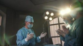 Applaus aan de chirurg na de voltooide verrichting in het ziekenhuis stock videobeelden